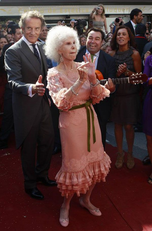 He put a ring on the Duchess of Alba. She paid for it, but he put it there.