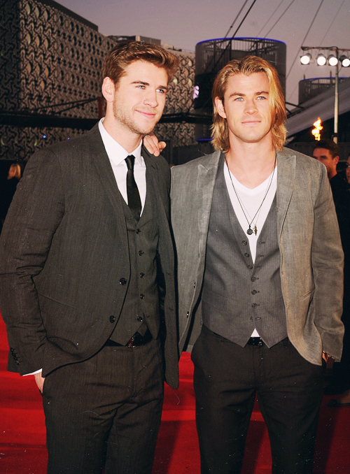 Liam Hemsworth, Chris Hemsworth, invisible me in the middle